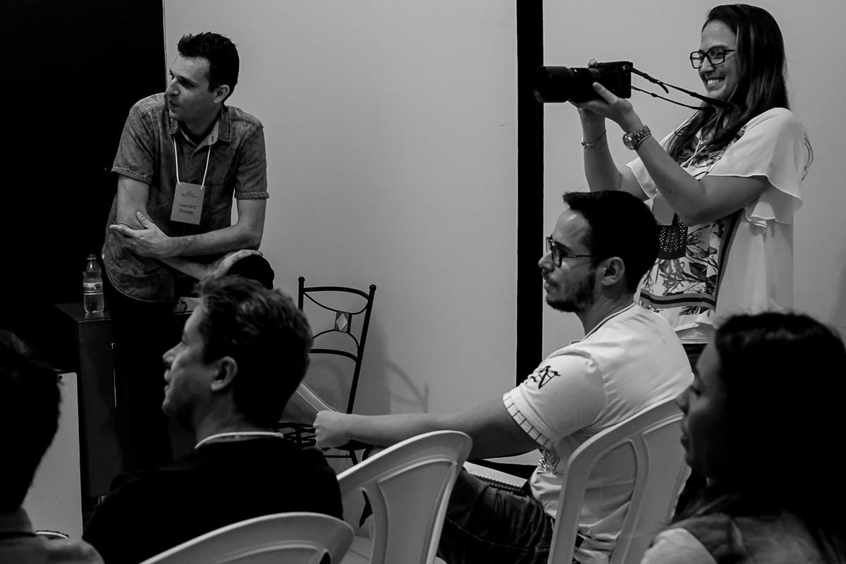 Tatiane Braga fotografa a apresentação e os alunos.