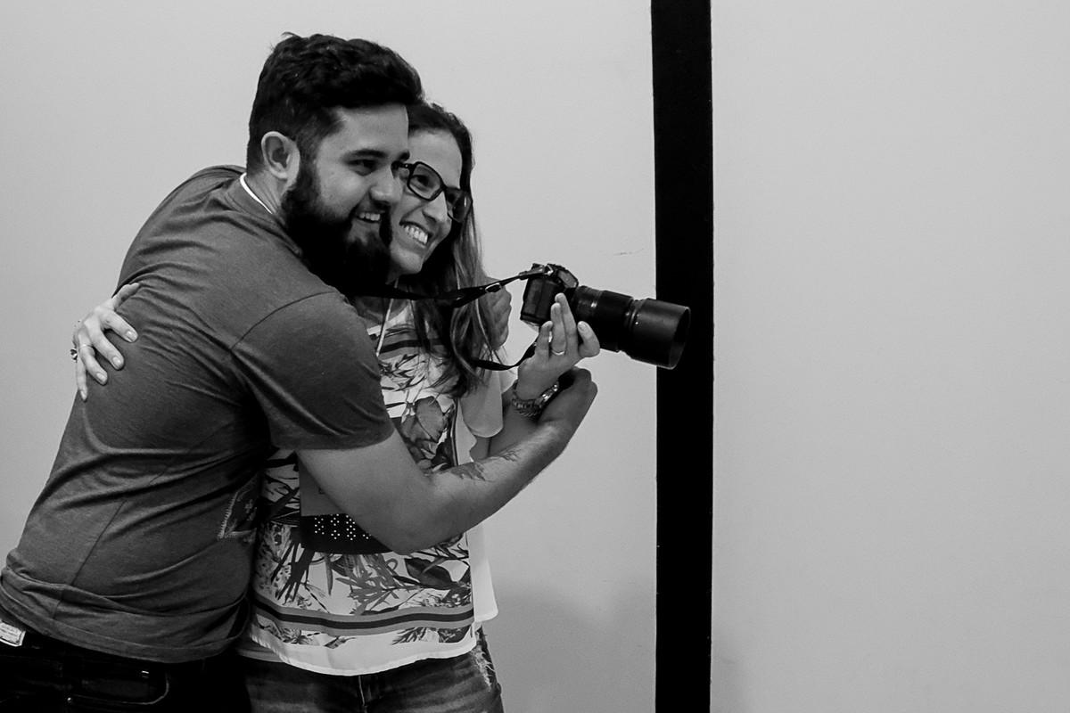 Guilherme Lion abraça Tatiane Braga na dinâmica do abraço.