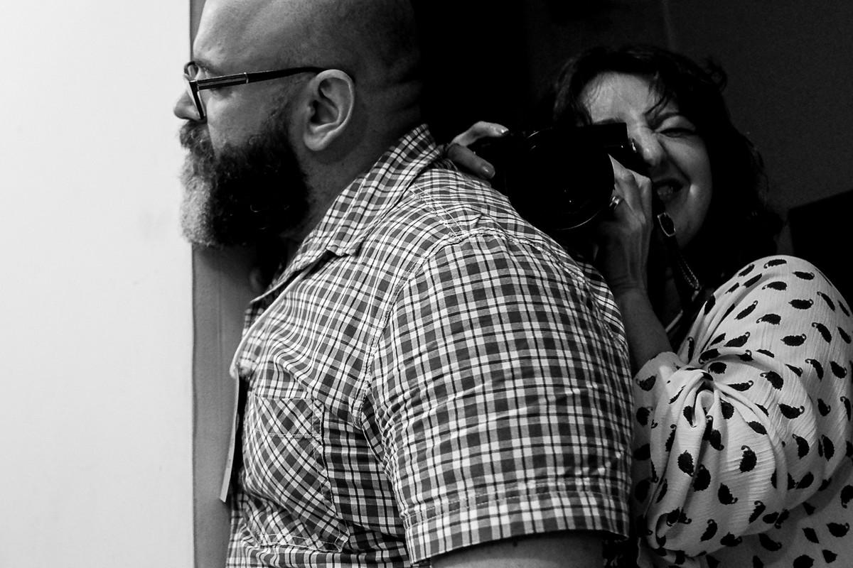Andre assiste a apresentação do Donato e a Vera Martins fotografa, imagem divertida.