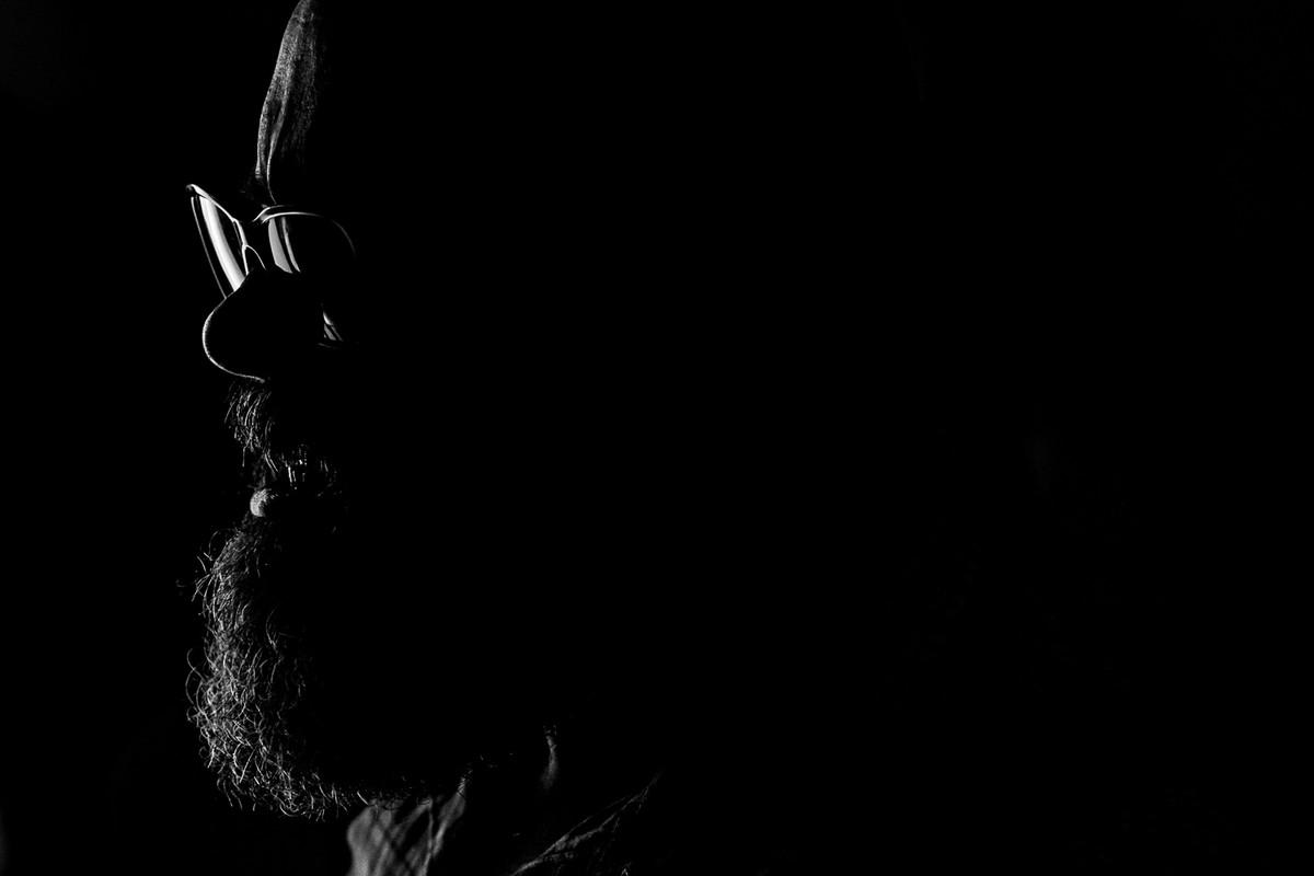 Retrato feito pelo Leandro Donato com uma luz marcada e forte.