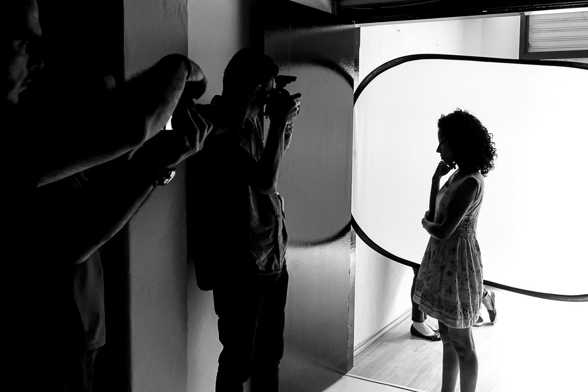 Donato fotografa usando uma técnica do contra luz.