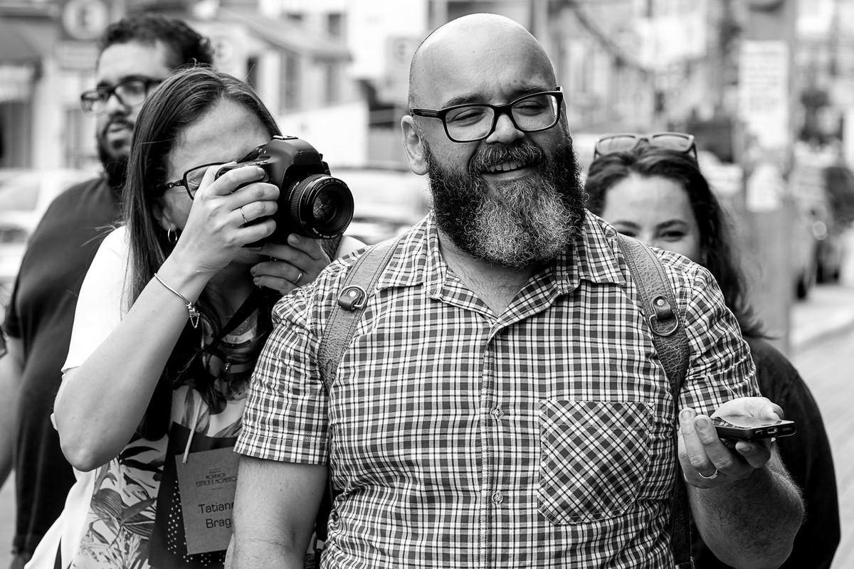 Tati Braga, faz fotos do Making do ensaio externo.