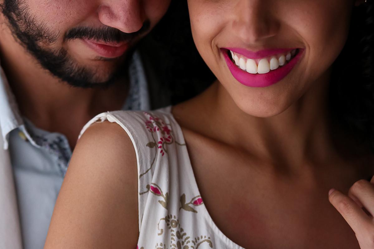 foto do casal, com um lindo sorriso e linda luz.