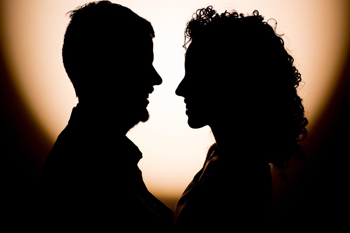 Silhueta do casal com um contorno com uma luz quente.