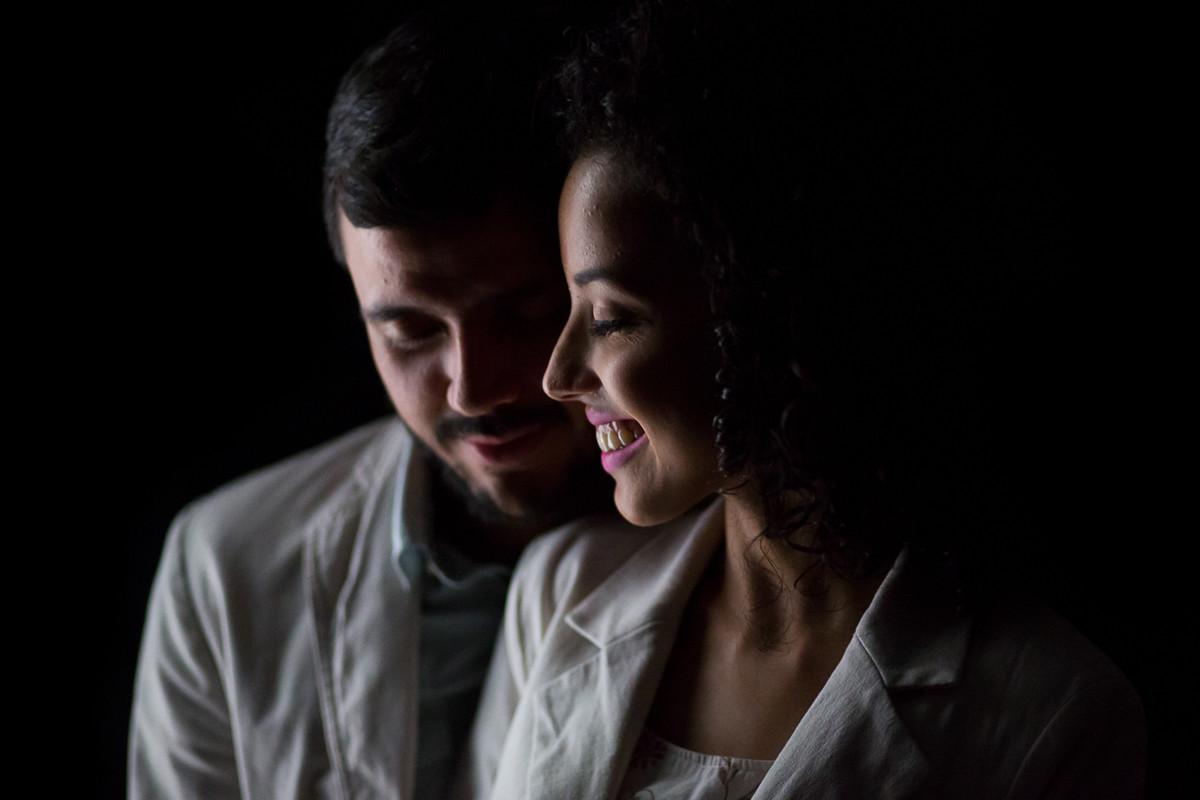 Retrato dos noivos com uma luz bem contornada.