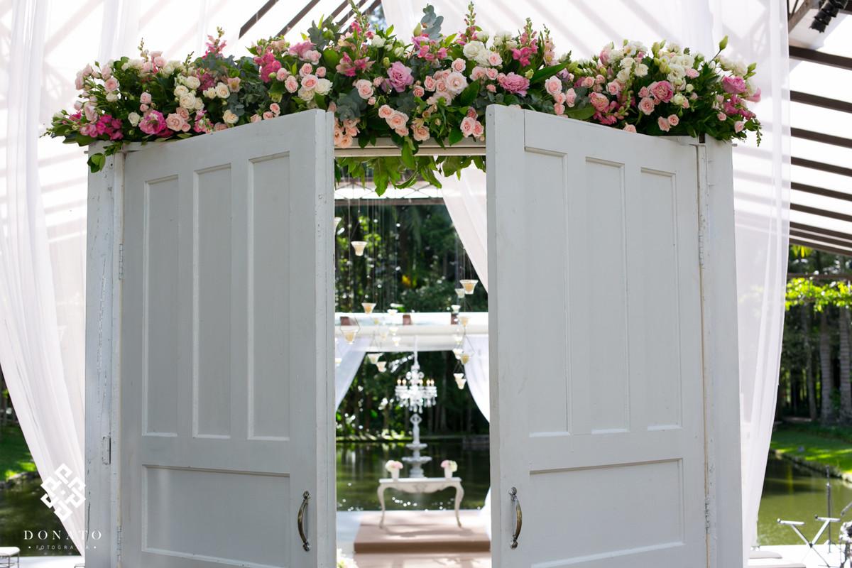 Porta de madeira branca, com decoração cor de rosa, feito pela Concept Party.