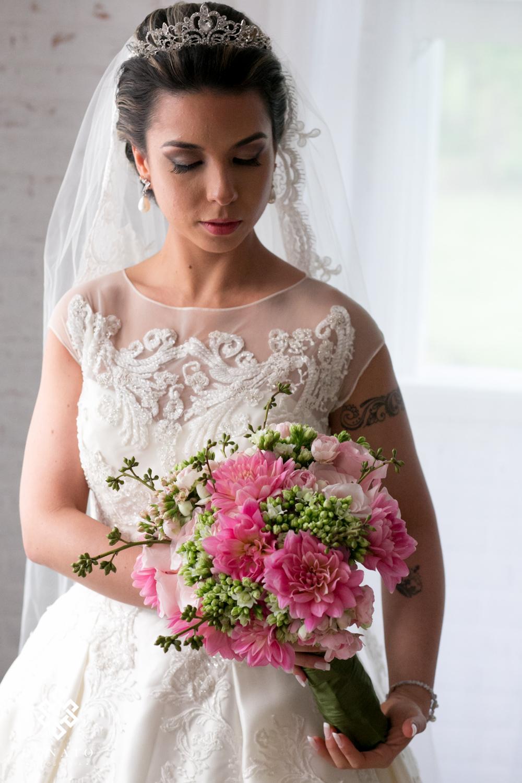 retrato da noiva com seu buquet cor de rosa.