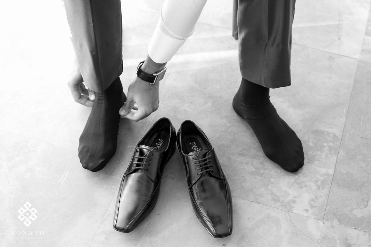 noivo coloca os sapatos no making.