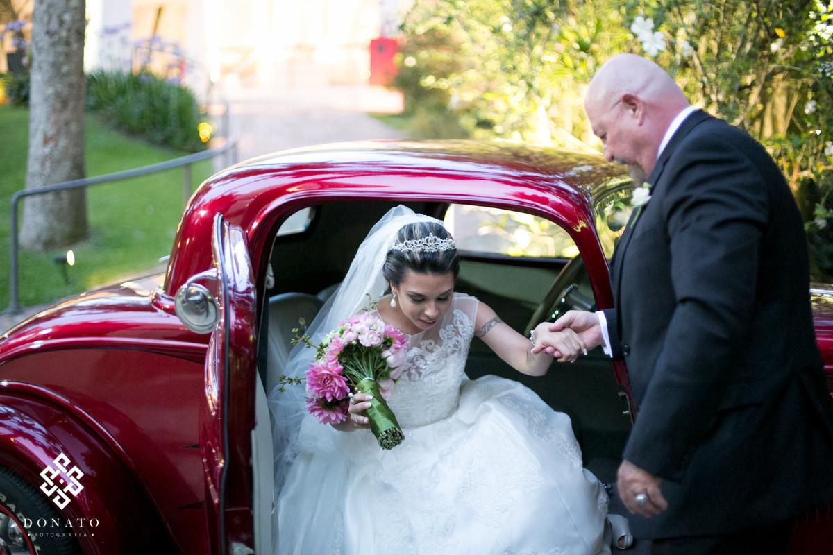 Pai tira a noiva do seu ford 32, carro lindo todo vermelho.