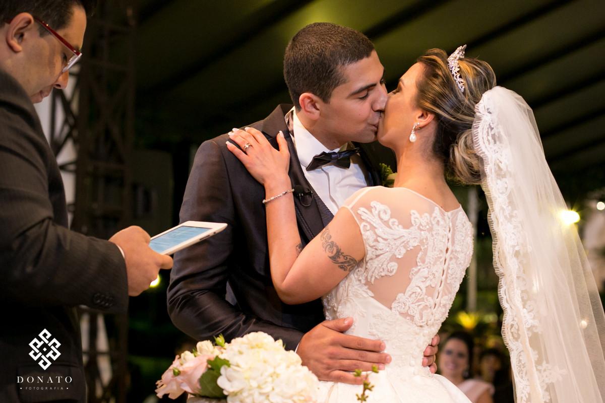 Noivos se beijam, ao final da cerimonia.