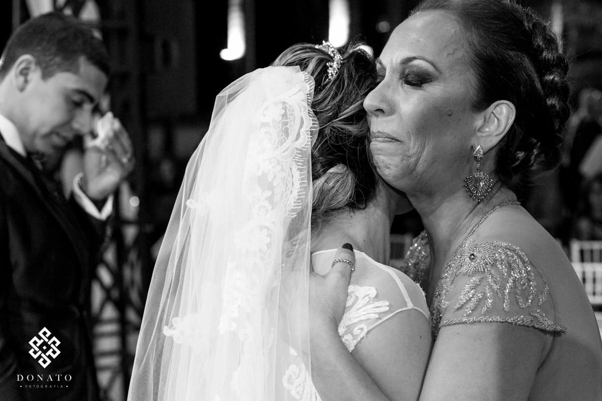 Mae abraça a noiva e se emociona.