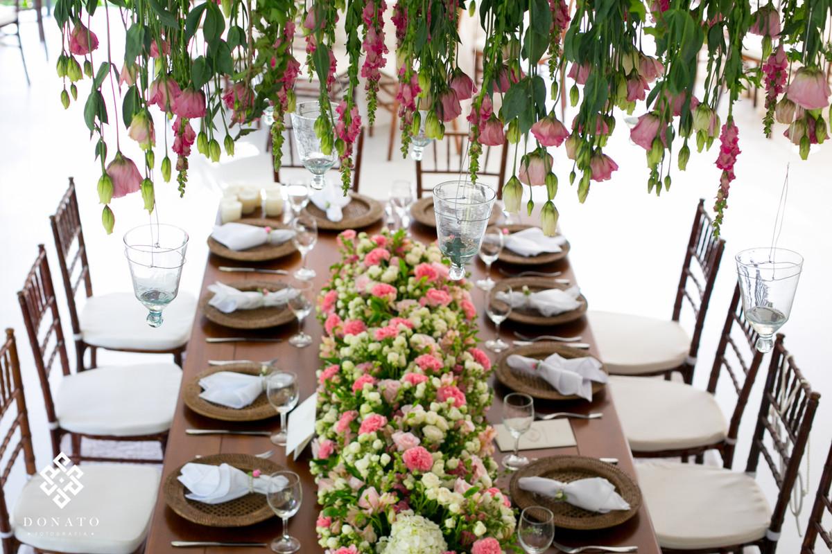 Detalhe da decoração da mesa comunitária, toda em cor rosa e com um jardim suspenso, tudo feito pela Concept Party.