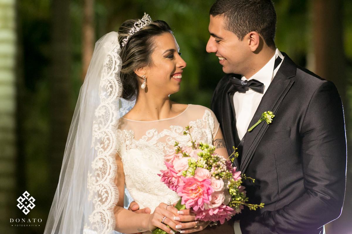 Retrato dos noivos sorridentes.