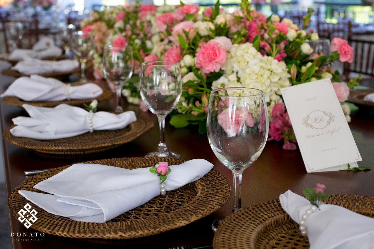 Detalhe dos guardanapos e flores das mesas.