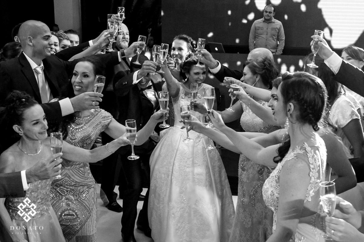 Noivos brindam com seus pais e padrinhos na pista de dança ao são da DJ da Fazenda.