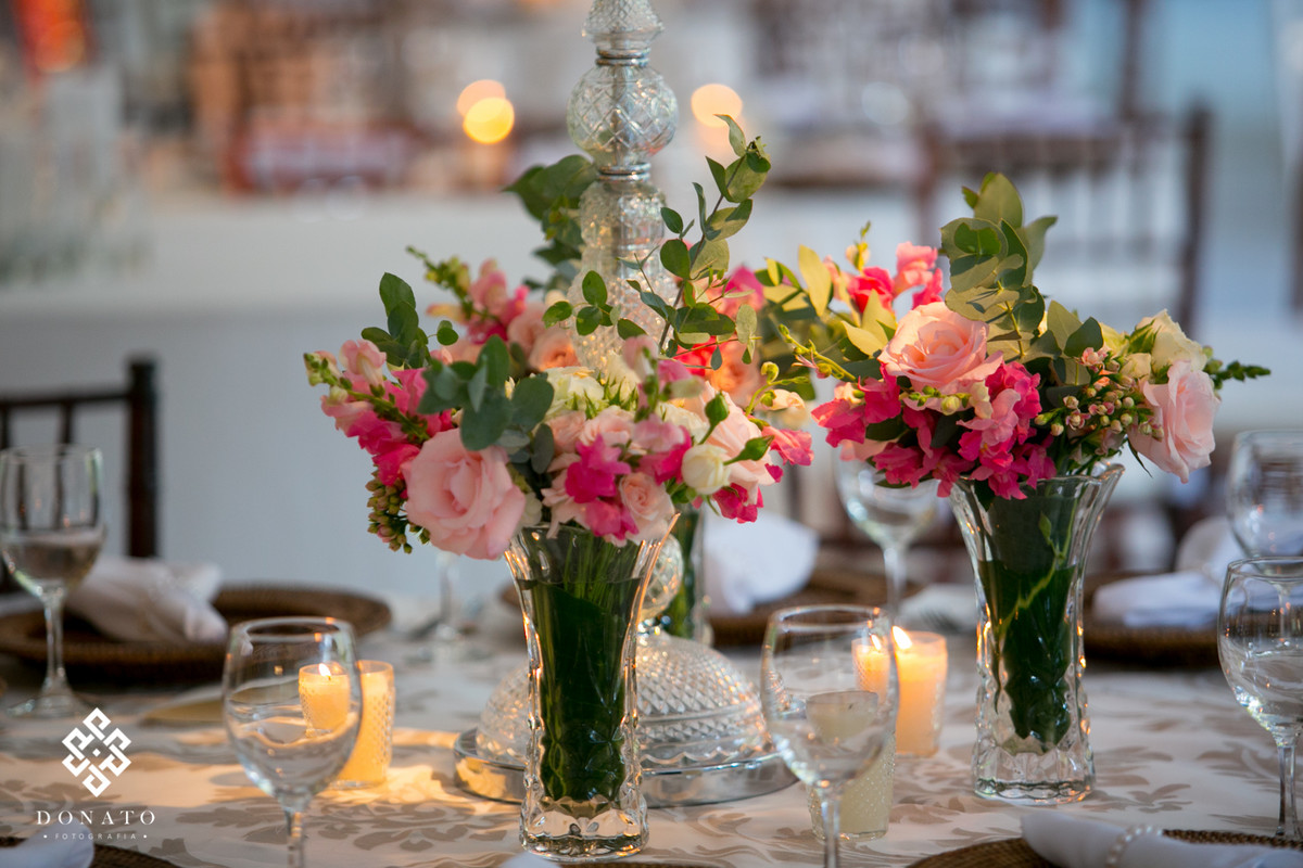 Detalhe da decoração, arranjos em rosa, tudo lindo.