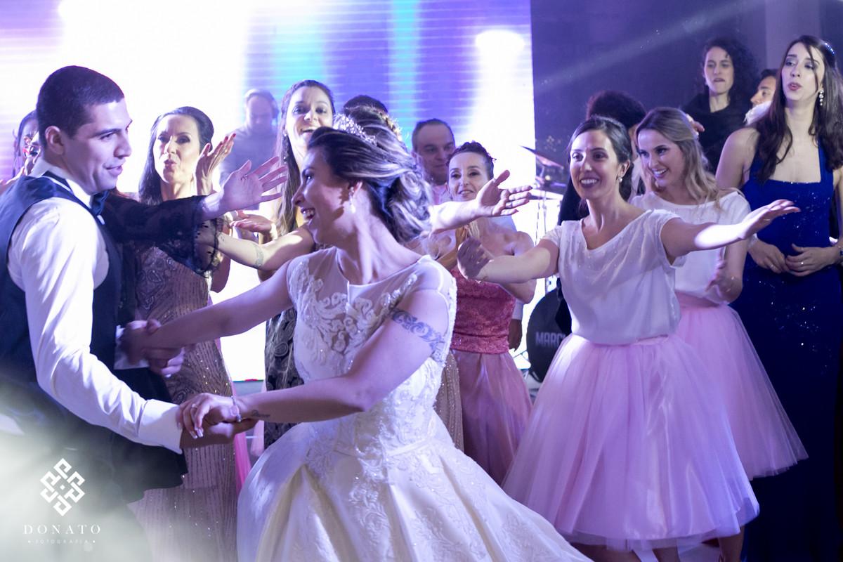 Nova, noivo e madrinhas dançam na pista da Fazenda.