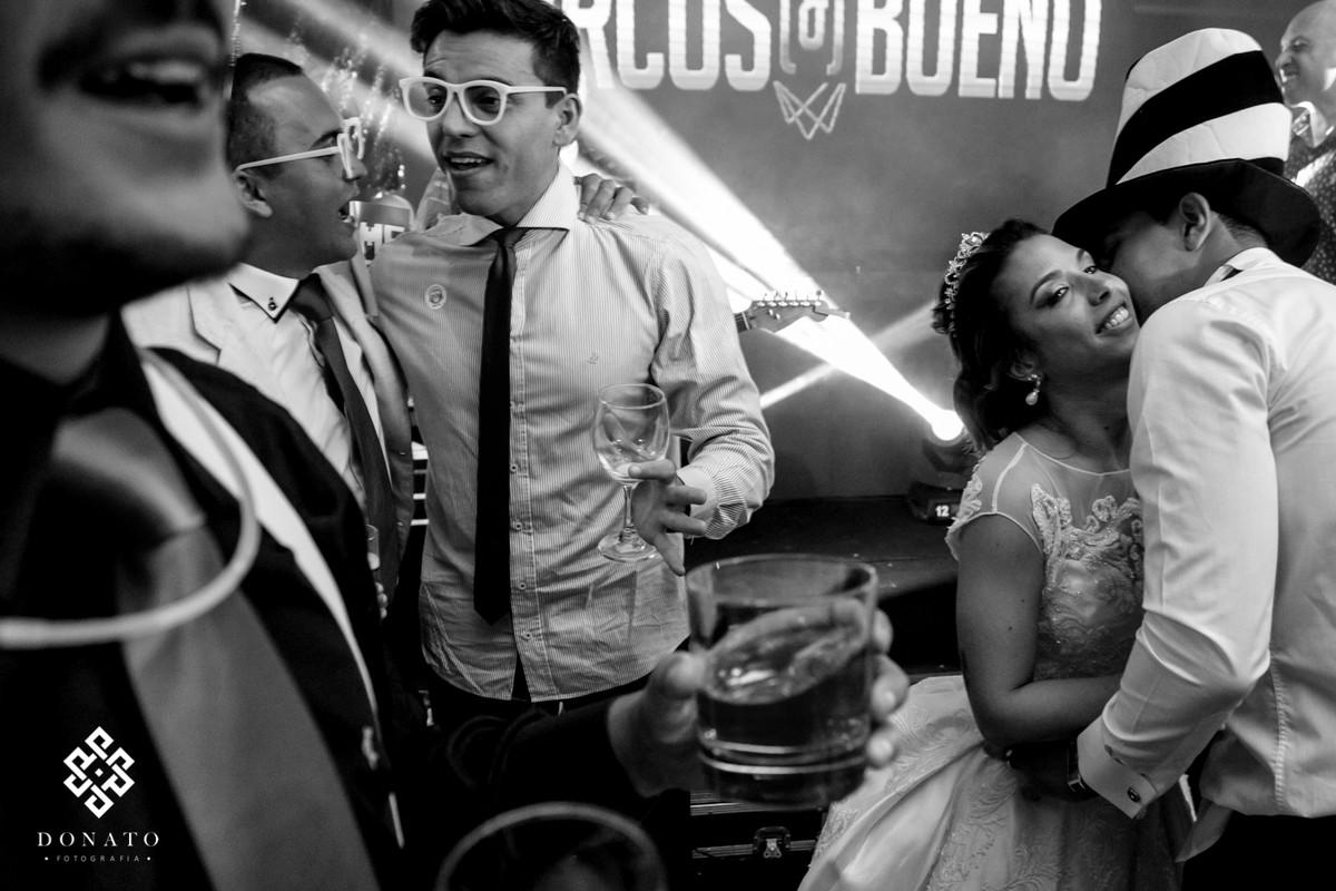 Noivos dançam ao som da banda Marcos e Bueno.
