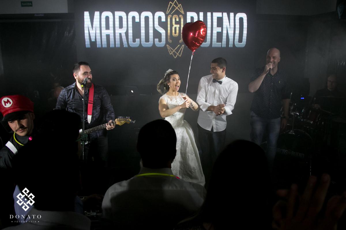 Noivos no palco com a dupla Marcos e Bueno.