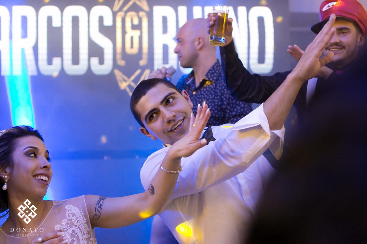 Noivos dançam ao som da banda sertaneja Marcos e Bueno.