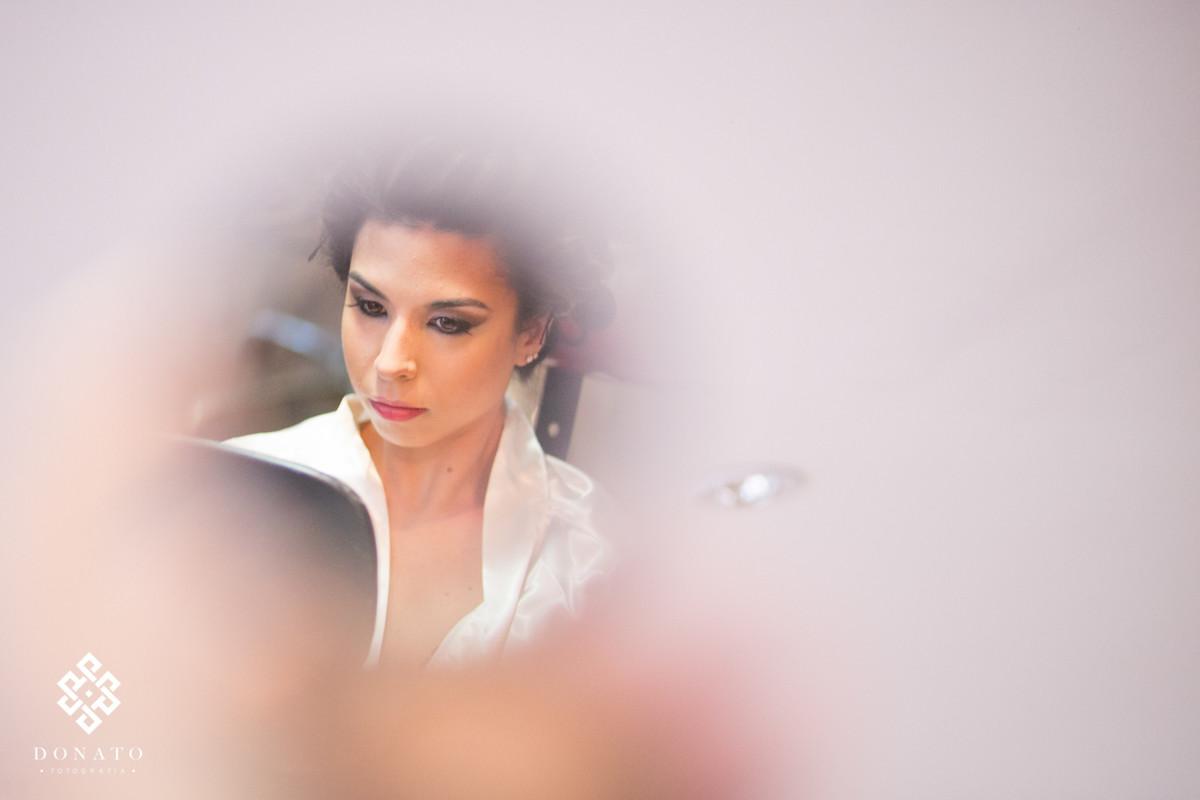 Retrato da noiva refletido no espelho, a noiva eta pensativa.