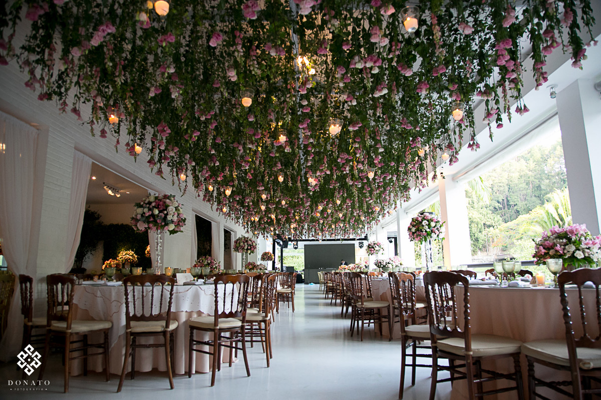 Detalhe do teto cheio de flores feito pela concepty party na fazenda 7 lagoas.