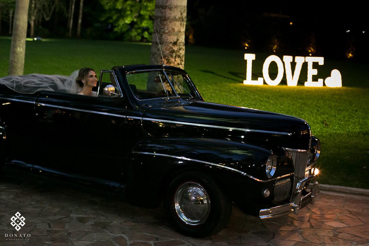 Noiva entrando com carro converssivel antigo, entrada da fazenda 7 lagoas.