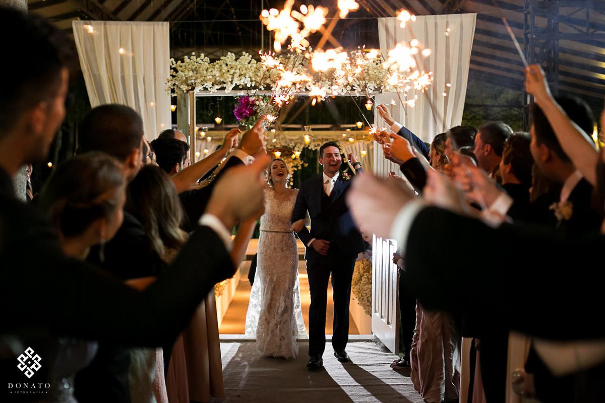 Saída dos noivos da cerimônia da fazenda.