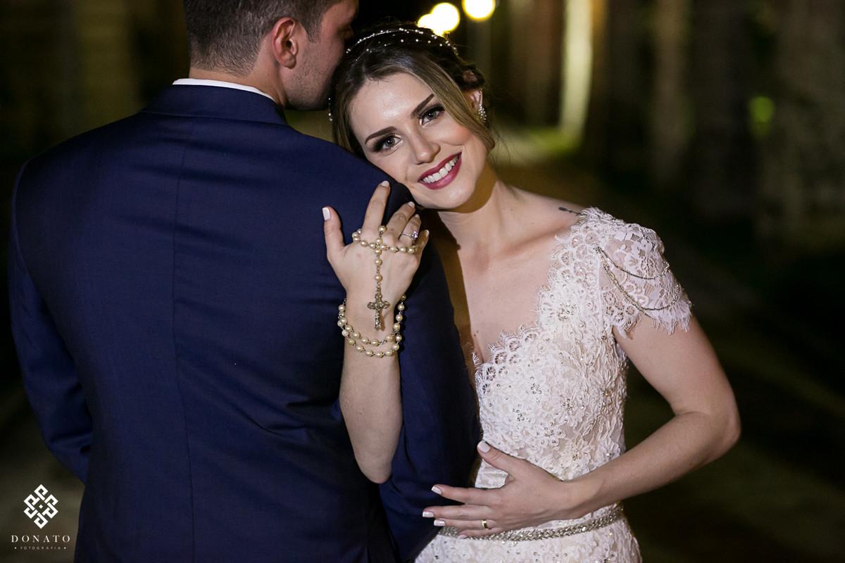 Noiva se encosta no noivo e namora na entrada da fazenda 7 lagoas.