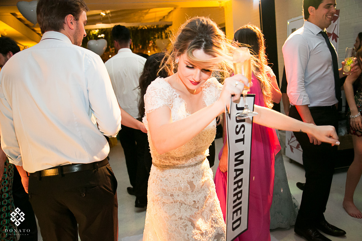 Noiva dança alegremente na pista de dança.