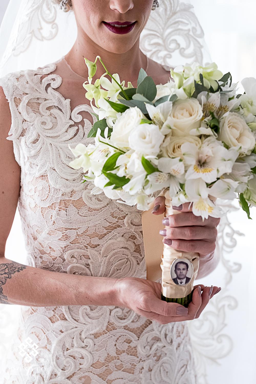 Foto da noiva com buquet feito pela juliana Valim.