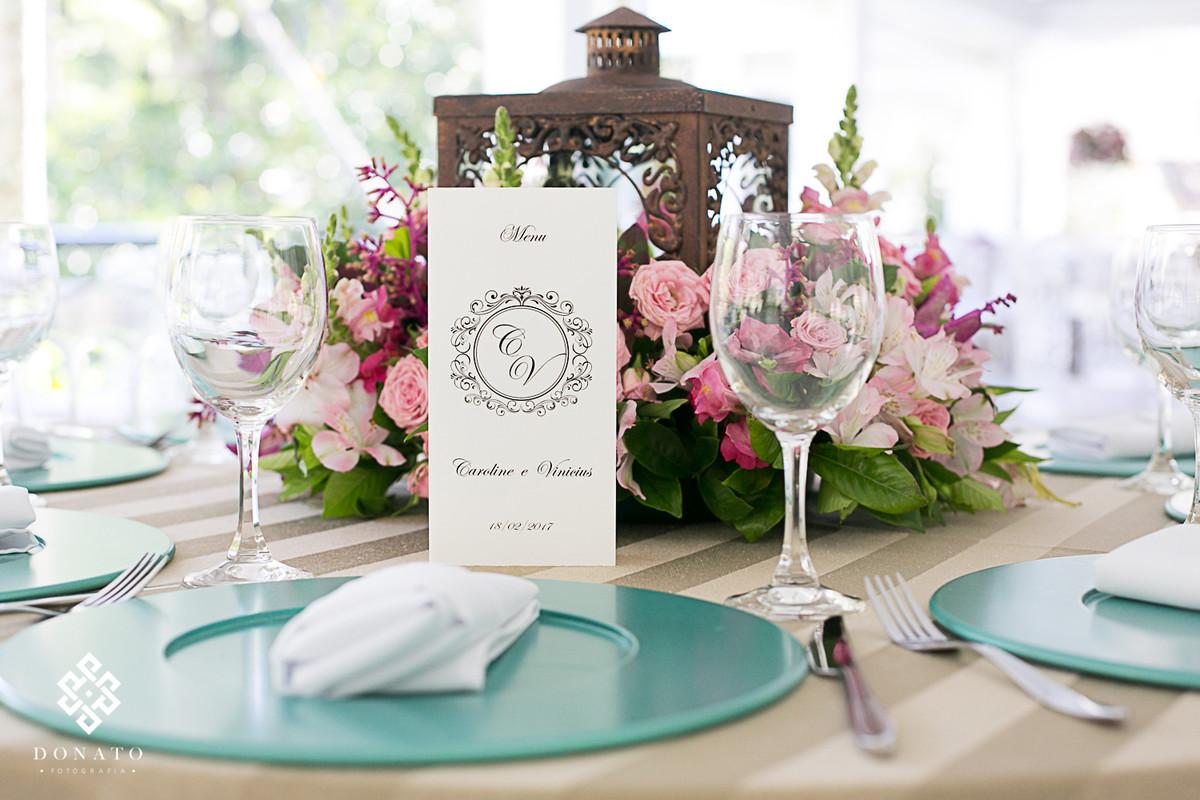 Detalhe da decoração, com flores rosas e supra verde.