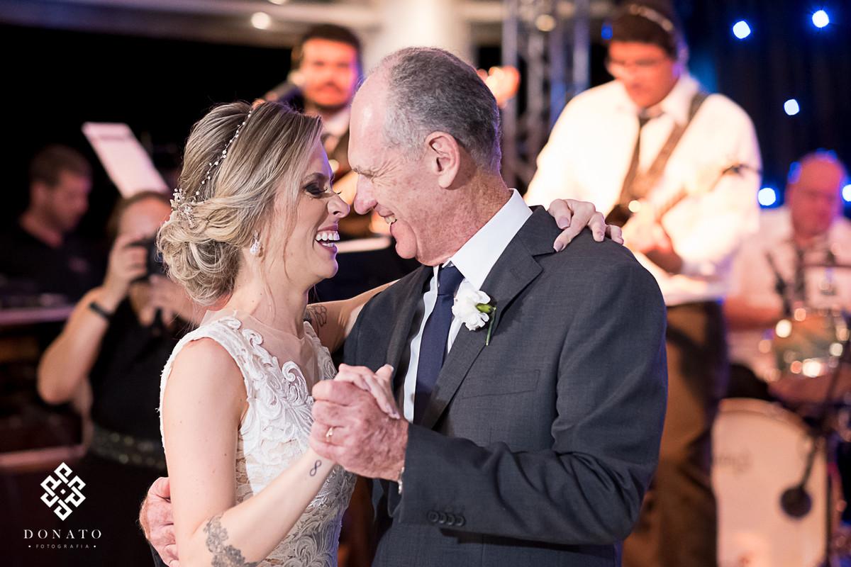 Noiva dança com seu pai.