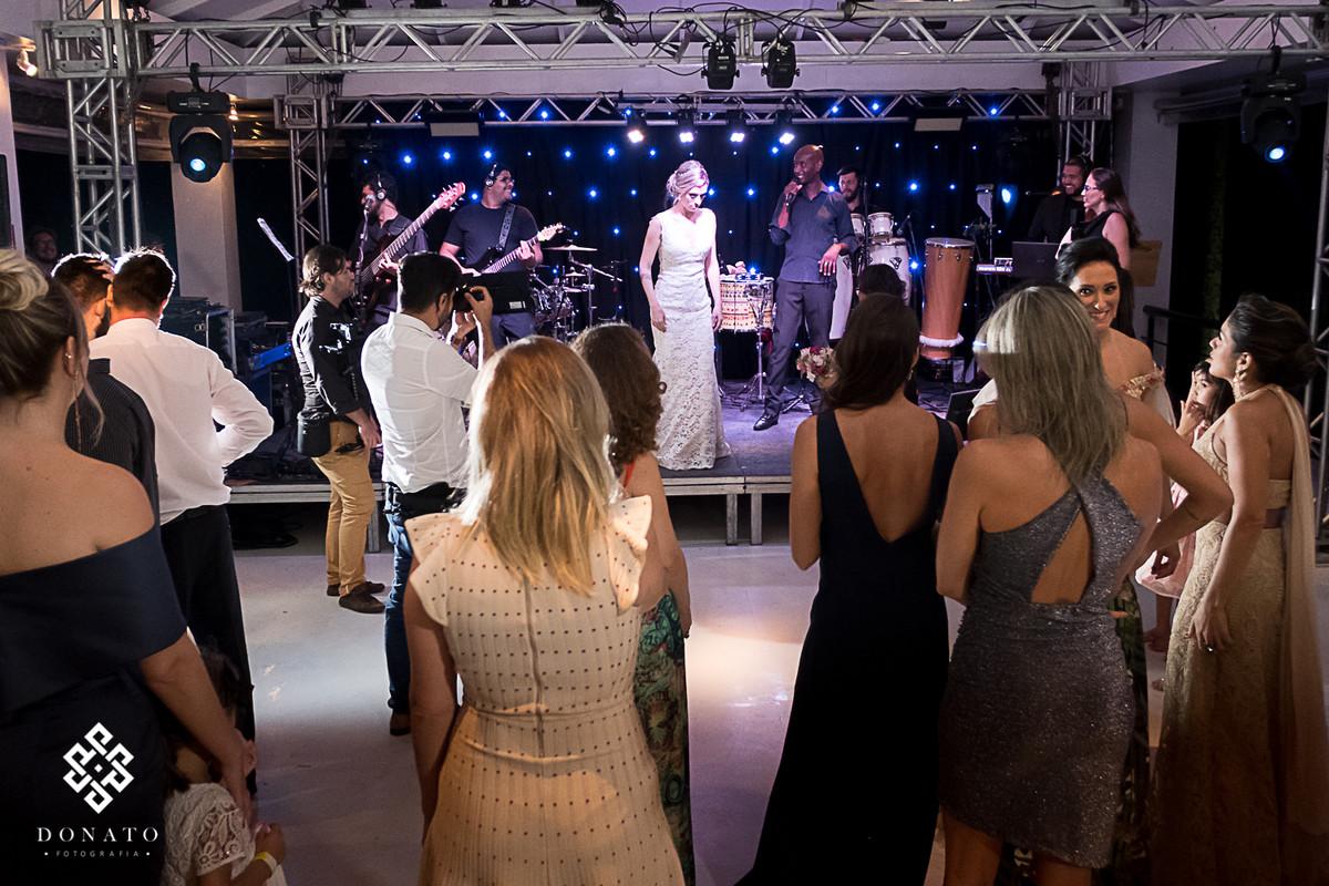Noiva sobe no palco da fazenda 7 Lagoas, e dança com a banda..