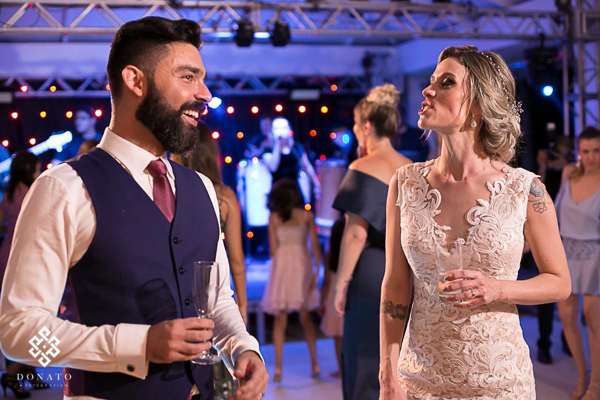 Noivos dançam e se divertem no salão de v=festas.