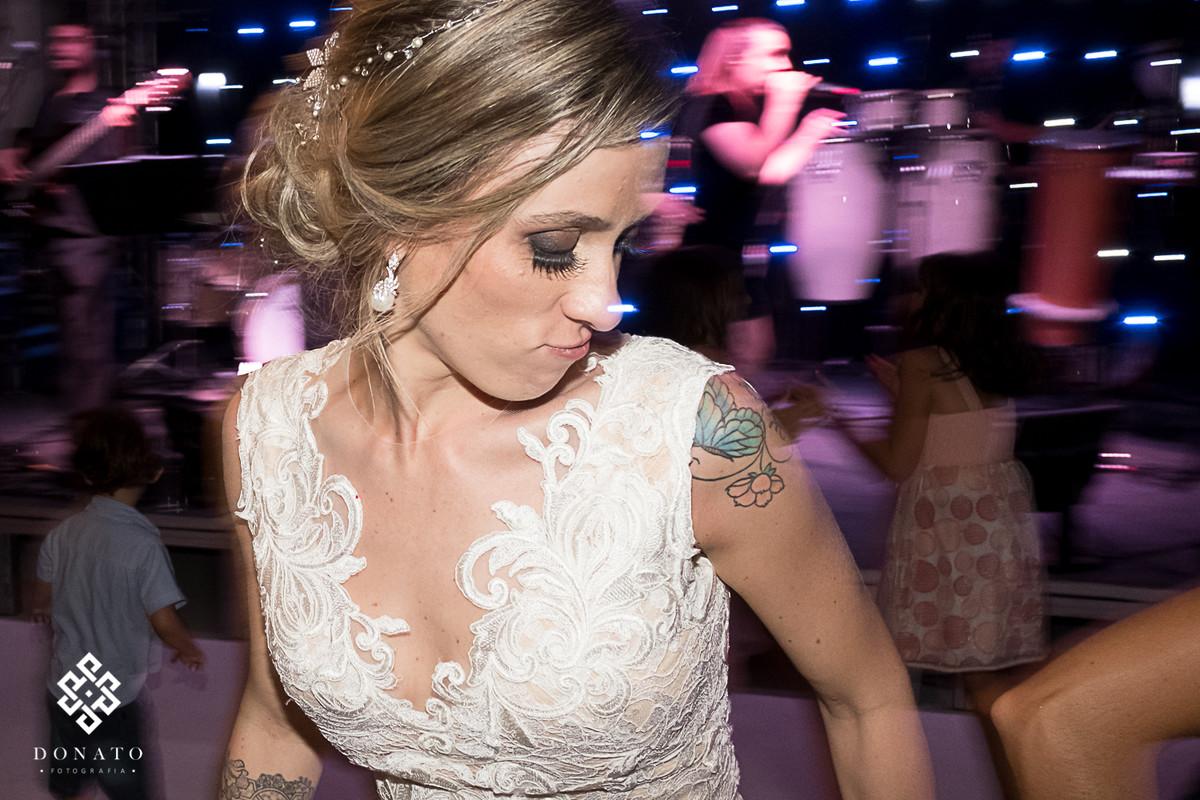 Noiva dança e se diverte ao som da banda que tocava na fazenda 7 lagoas.