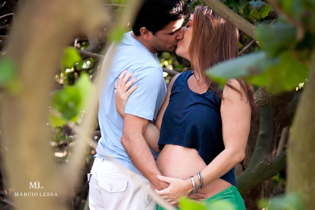 O beijo dos futuros papais no Ensaio de Gestante por Márcio Lessa | Fotografia