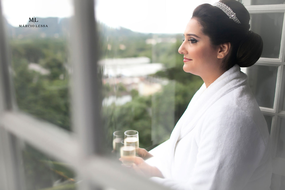 Noiva na janela observando a paisagem