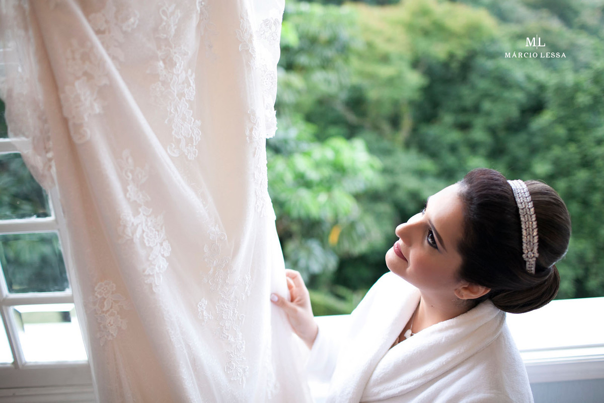 Noiva contemplando o vestido