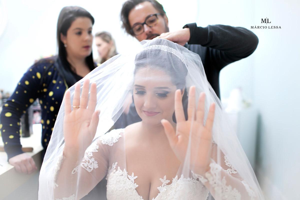 Milton Barros fixando o véu da noiva