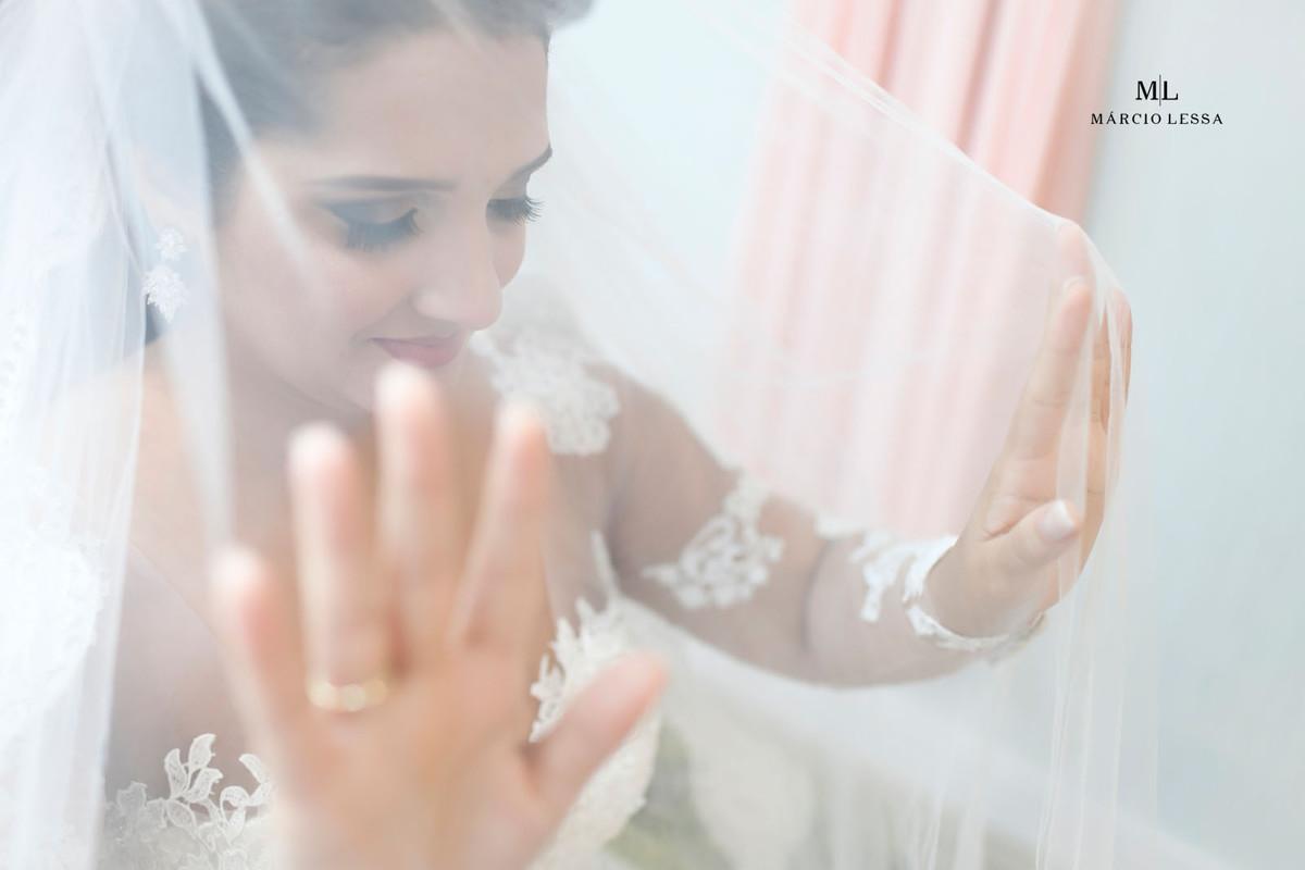 Detalhe do rosto da noiva através do véu