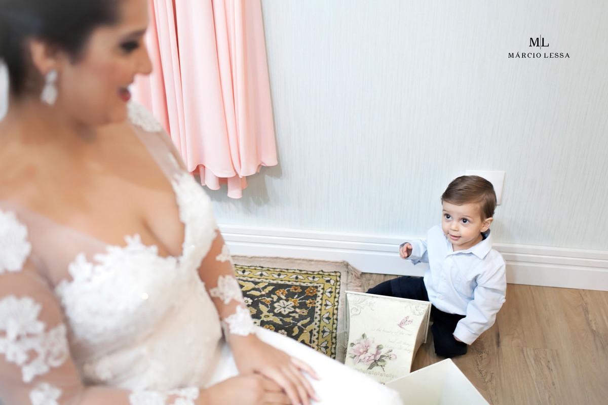 O filho da noiva a observando minutos antes do Casamento
