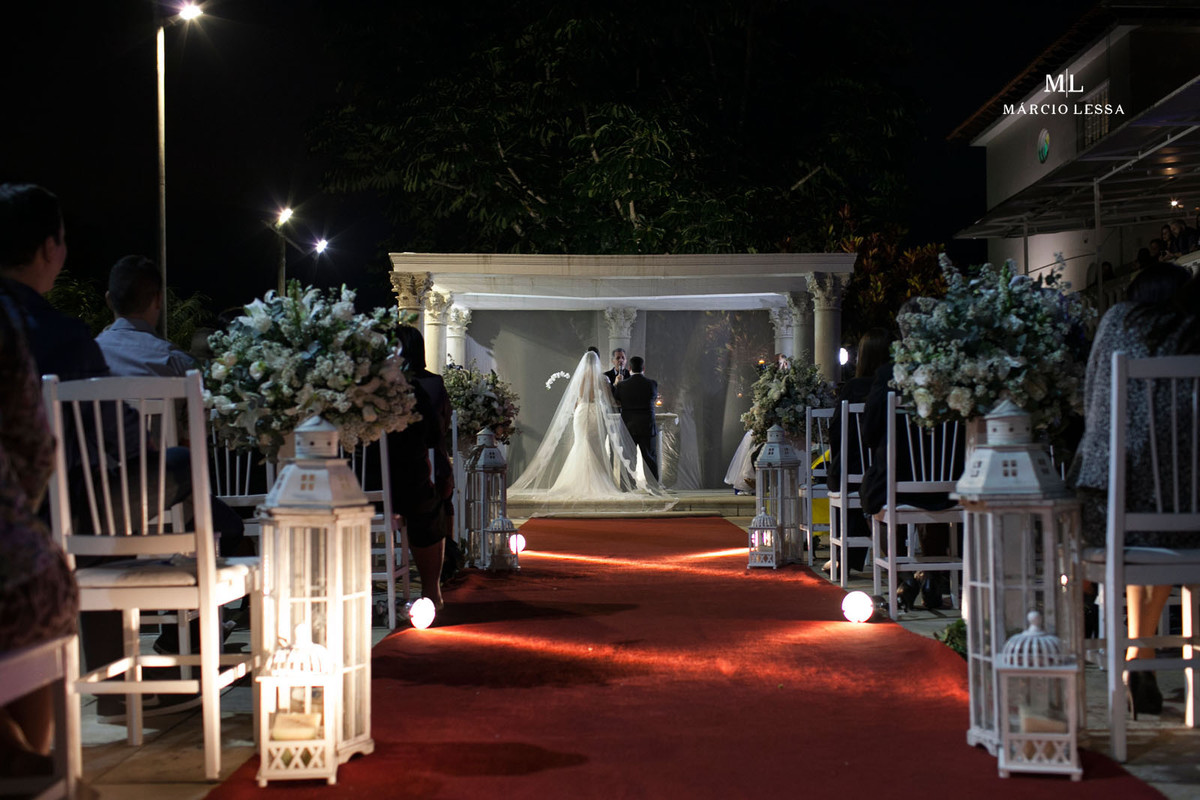 Vista dos noivos de costas no altar