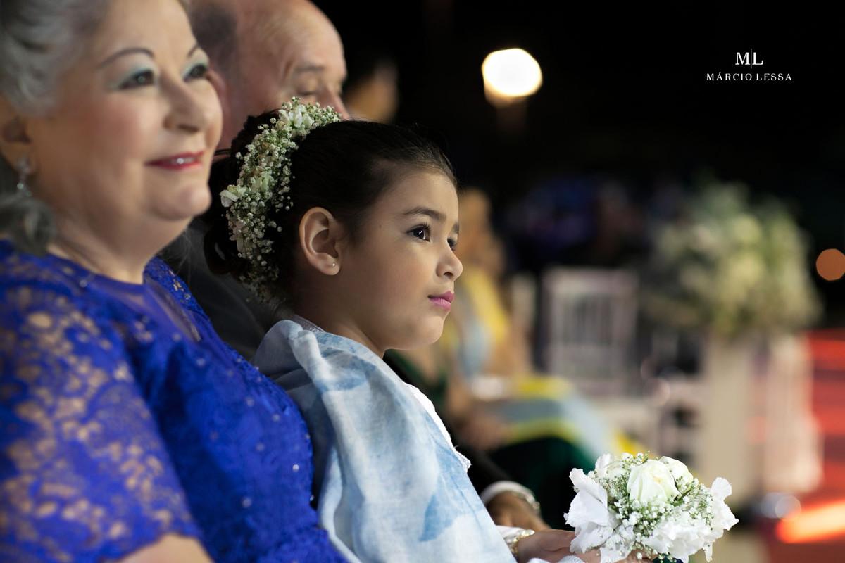 Detalhes da daminha sentada entre seus avós