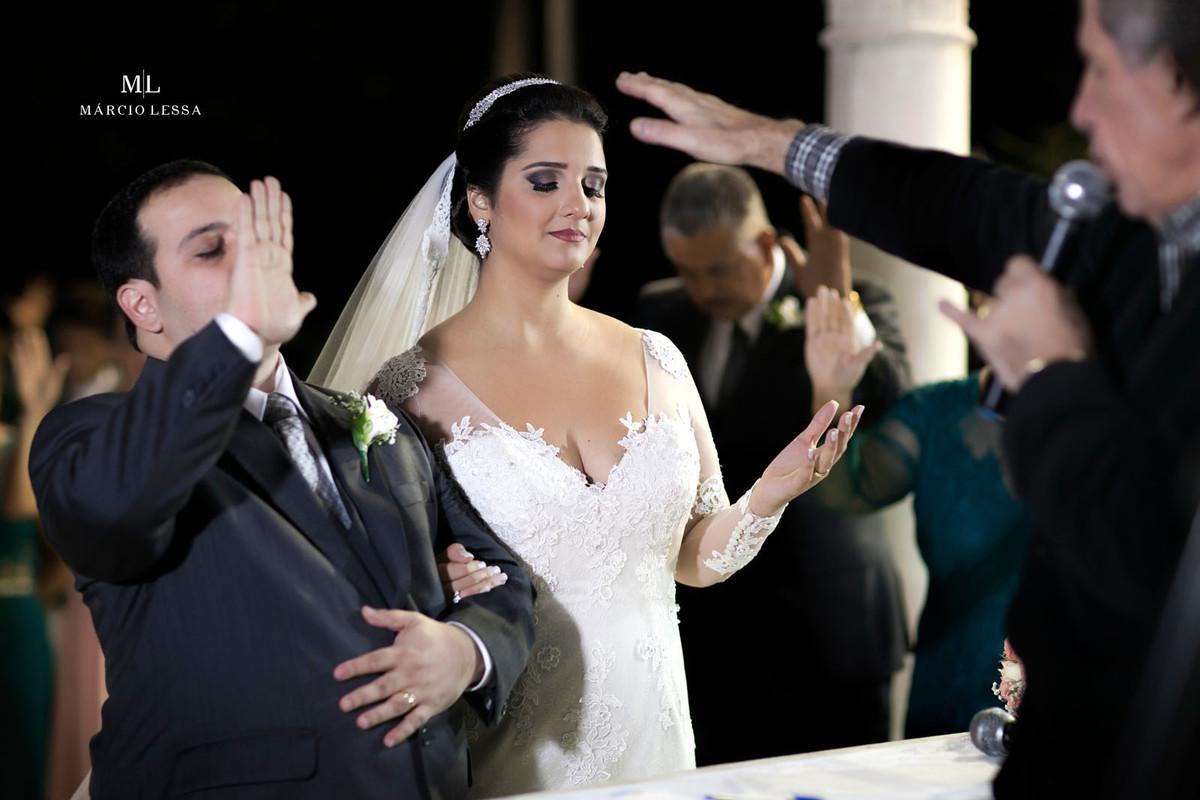A bênção do pastor aos noivos no altar