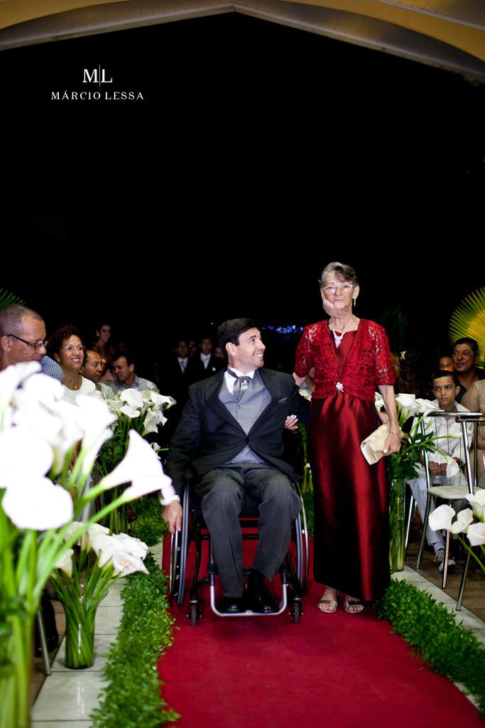 A entrada do noivo paralímpico e sua mãe | Casamento na Lofty Kingdom Eventos, Rio de Janeiro, RJ, por Márcio Lessa | Fotografia