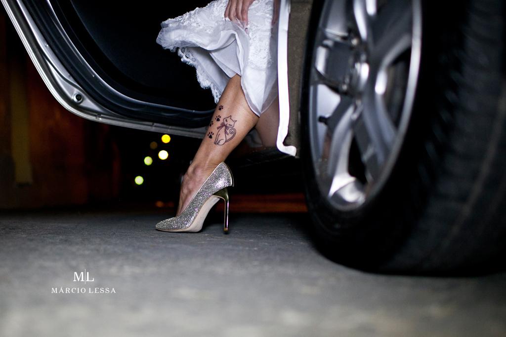 A noiva saltando do carro, seu belo sapato e sua tatoo de gatinha | Casamento na Lofty Kingdom Eventos, Rio de Janeiro, RJ, por Márcio Lessa | Fotografia
