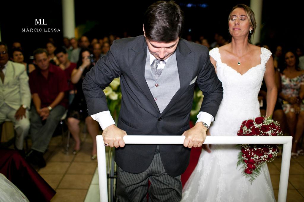 Forte emoção! O noivo paraplégico levanta-se para a hora do sim! Casamento na Lofty Kingdom Eventos, Rio de Janeiro, RJ, por Márcio Lessa | Fotografia