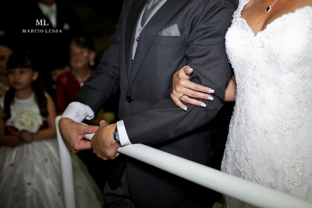 Os noivos de braços dados. Casamento na Lofty Kingdom Eventos, Rio de Janeiro, RJ, por Márcio Lessa | Fotografia