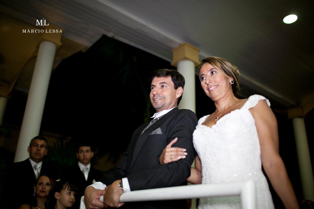 Noiva e noivo no altar. Casamento na Lofty Kingdom Eventos, Rio de Janeiro, RJ, por Márcio Lessa | Fotografia
